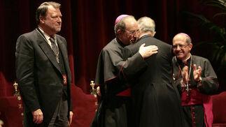 Cano-Romero recibe la felicitación del arzobispo de Sevilla.  Foto: Juan Carlos Munoz