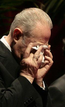Cano-Romero llora durante el aplauso del público.  Foto: Juan Carlos Munoz