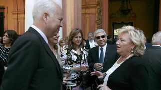 Rosamar Prieto comenta el pregón con otros asistentes.  Foto: Juan Carlos Munoz