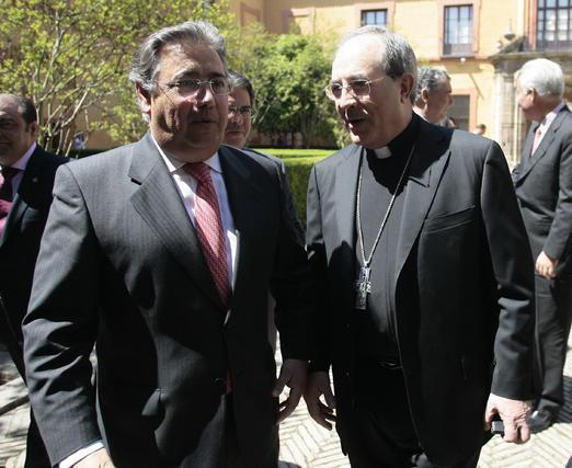 Zoido junto al arzobispo de Sevilla.  Foto: Juan Carlos Munoz