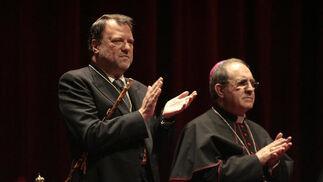 El alcalde aplaude al pregonero tras su intervención.  Foto: Juan Carlos Munoz