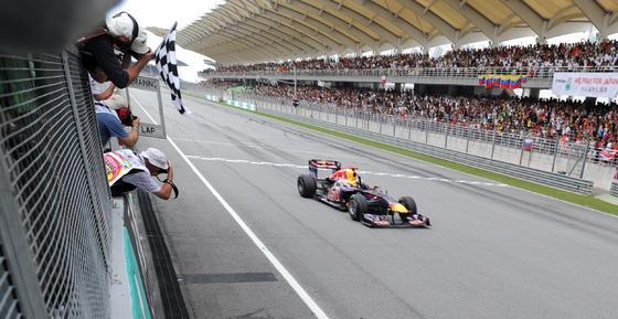 Vettel entra el primero en la meta. / AFP