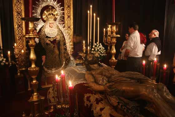 Besamanos y besapiés en el Santo Entierro.  Foto: A.S.Carrasco