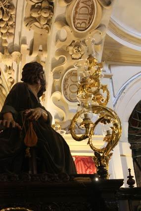 Judas junto a uno de los candelabros del paso.  Foto: A.S.Carrasco