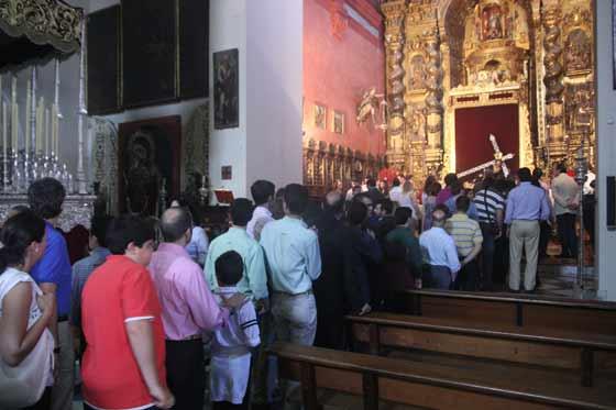 Las colas en San Vicente para el besamanos del Cristo de las Penas.  Foto: A.S.Carrasco
