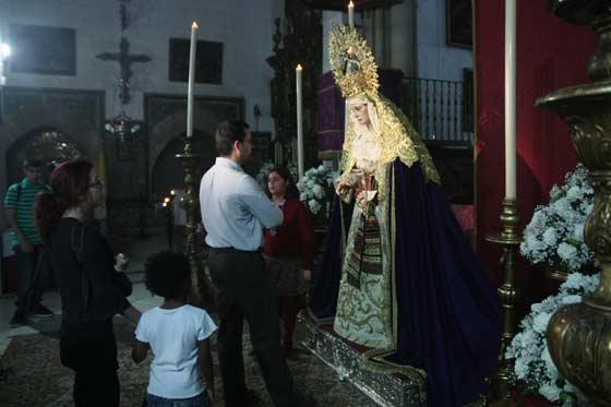 La Virgen del Carmen Doloroso en su besamanos.  Foto: A.S.Carrasco