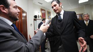 Andrés Cañadas le entrega a José Antonio Zarzana un vaso de plata para que beba durante el pregón.  Foto: Vanesa Lobo