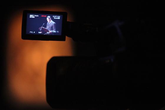 Imagen del pregonero en uno de los monitores de televisión instalados en el Teatro Villamarta.  Foto: Vanesa Lobo