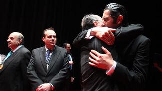 José Antonio Zarzana y el pregonero del pasado año, José Gallardo Quirós, se funden en un abrazo.  Foto: Vanesa Lobo