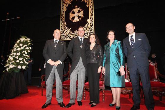 José Luis y José Antonio Zarzana, su novia, su madre y su hermano Javier posan en el escenario del Teatro Villamarta tras finalizar el pregón.   Foto: Vanesa Lobo