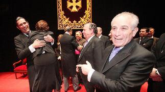 El pregonero coge en brazos a Ana María Salas ante la mirada divertida de Manuel Pina.  Foto: Vanesa Lobo