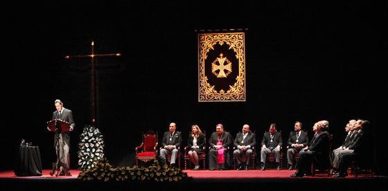 El escenario del pregón con la antigua cruz de guía de la Amargura.  Foto: Vanesa Lobo