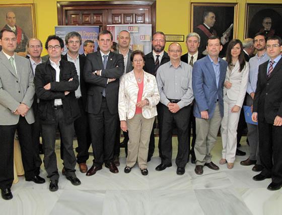 Miembros del Departamento de Ingeniería Eléctrica de la Universidad de Sevilla, con el director de la ETS de Ingeniería, José Luis Martínez Ramos.  Foto: Victoria Ramirez