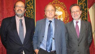 Los catedráticos Federico París (2009) y Anibal Ollero (2007), con el doctor en Física Miguel Ángel de la Rosa (2004), premios de Investigación Javier Benjumea Puigcerver de ediciones anteriores.  Foto: Victoria Ramírez