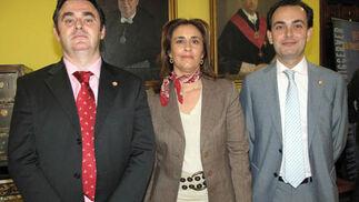 El vicerrector de Transferencia Tecnológica Ramón González Carvajal, con María Eugenia Sánchez Valdayo, presidenta de la Asociación Mujer y Trabajo, y Pablo Fabio Cortés, director de la la Oficina de Transferencia de Resultados de Investigación (OTRI).  Foto: Victoria Ramirez