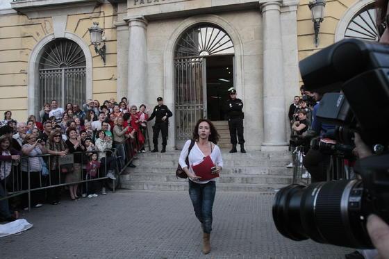 La cronista del corazón María Patiño cruza las vallas ante la Audiencia./Fotos:Joaquín Pino/Lourdes de Vicente  Foto: Joaquin Pino / Lourdes de Vicente