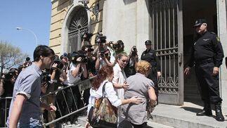 Maria José Campanario, en compañía de su madre, entrando en la Audiencia Provincial entre fuertes medidas de seguridad./Fotos:Joaquín Pino/Lourdes de Vicente  Foto: Joaquin Pino / Lourdes de Vicente