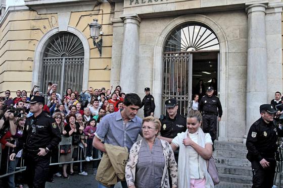 María José Campanario junto a su madre y su marido saliendo de la Audiencia Provincial de Cádiz./Fotos:Joaquín Pino/Lourdes de Vicente  Foto: Joaquin Pino / Lourdes de Vicente