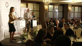 El director de Diario de Almería lee las preguntas de los asistentes a la secretaria general del Partido Popular.  Foto: J. Alonso/ R. Gonzalez