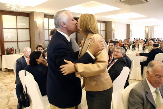 Javier Arenas saluda a De Cospedal a su llegada al acto.  Foto: J. Alonso/ R. Gonzalez