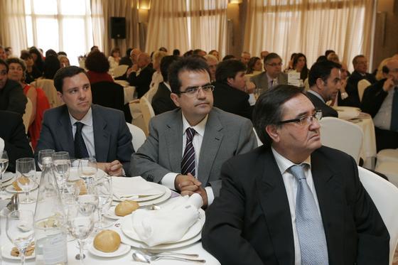 Juan de la Rosa, secretario de Organización del PP andaluz, el alcalde de Níjar, Antonio Jesús Rodríguez, y el concejal Esteban Rodríguez.   Foto: J. Alonso/ R. Gonzalez