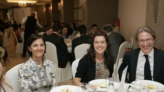 Rosa Santiesteban, abogado, con Encarni Martínez y Ángel Pisa, director comercial de Cimenta2.