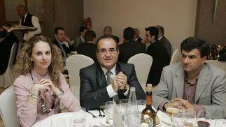 Verónica Ruiz, de COPE Almería, Juan Francisco Fernández, alcalde de Garrucha, y Pablo Solsona, director de la farmacia Bola Azul.
