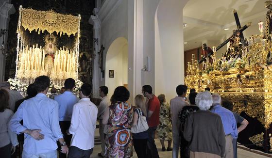 Los ciudadanos visitan la Capilla de los Marineros en el día en el que los titulares de la Hermandad de la Esperanza de Triana aparecen ya subidos al paso.  Foto: Juan Carlos Vázquez