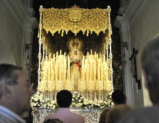 Nuestra Señora de la Esperanza ya luce en el paso en la Capilla de los Marineros  Foto: Juan Carlos Vázquez