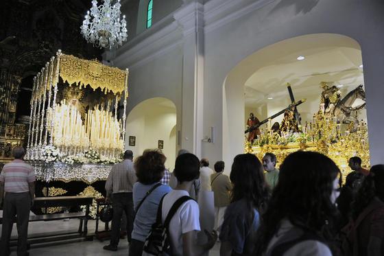 Interior de la Capilla de los Marineros con la Esperanza de Triana y el Cristo de las Tres Caídas en el paso.  Foto: Juan Carlos Vázquez