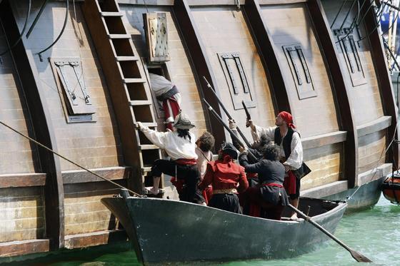 El rodaje del anuncio que el oscarizado Tom Hooper prepara para la marca de ron Capitán Morgan vuelve a Puerto Sherry.   Foto: Fito Carreto