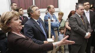 El candidato popular a la Alcaldía, Juan Ignacio Zoido, ante la Virgen del Dulce Nombre mientras le cantan una saeta.  Foto: José Ángel García
