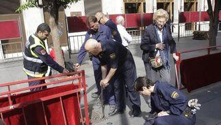 Arreglos callejeros para facilitar el paso de la hermandades.  Foto: José Ángel García