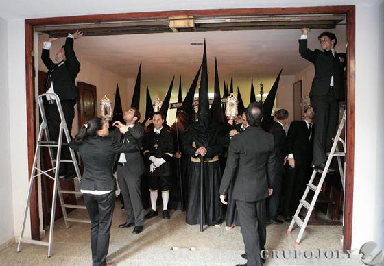 Los nazarenos de Pasión y Muerte se estrenan en la estación de penitencia de la hermandad.  Foto: Juan Carlos Muñoz