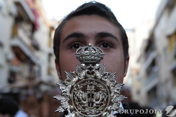 Un acólito de la hermandad de Pasión y Muerte de Triana.  Foto: Juan Carlos Muñoz