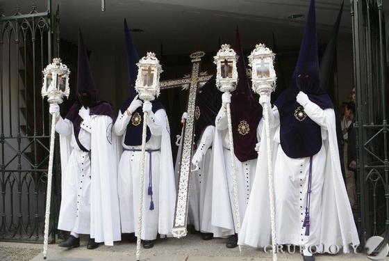 Los nazarenos de Pasión y Muerte se estrenan en la estación de penitencia de la hermandad.  Foto: B.Vargas