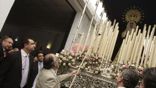Últimos retoques en el paso de la Virgen del Dulce Nombre en sus Dolores y Compasión de Bellavista.  Foto: José Ángel García