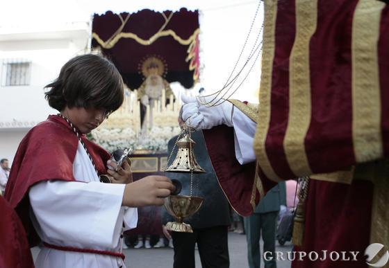 Un menor monaguillo recarga el sahumerio con la Virgen de la Divina Gracia.  Foto: Juan Carlos Muñoz