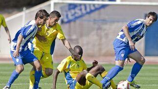 Carlos Caballero y Moke pugnan por un balón.   Foto: LOF