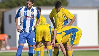Carlos Caballero coloca el balón en la falta que supondría el 1-2.  Foto: LOF