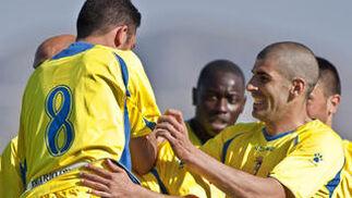 Enrique y Moreno abrazan al madrileño.  Foto: LOF