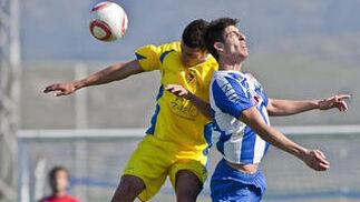 Juanse pelea un balón por alto.   Foto: LOF