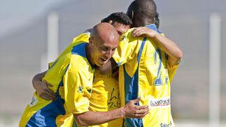 Los jugadores felicitan a Caballero por su tanto.  Foto: LOF