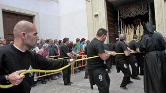 La hermandad de Vera Cruz fue la única que no tuvo que modificar su horario por la amenaza de lluvia.  Foto: Lourdes de Vicente