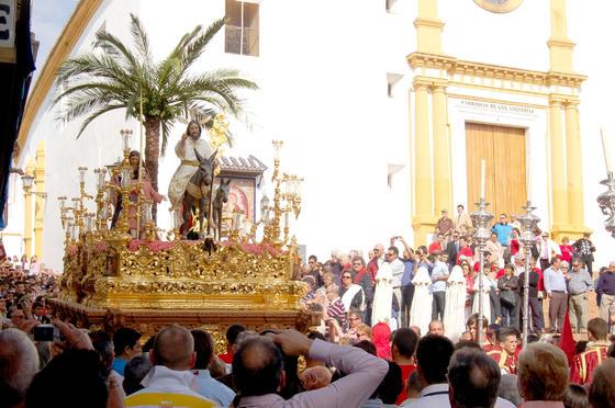 Salida de La Mulita de la parroquia de la Virgen de las Angustias en Ayamonte./Beni M. Costa