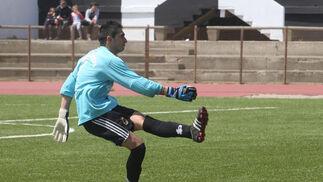 La Balompédica derrota al Peñarroya con un gol de Copi y es despedida por su afición con gritos de 'campeones, campeones'./Fotos:Paco Guerrero  Foto: Paco Guerrero