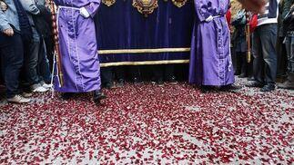 La hermandad del Amor sale en procesión a pesar de la amenaza de lluvia.  Foto: Jose Braza