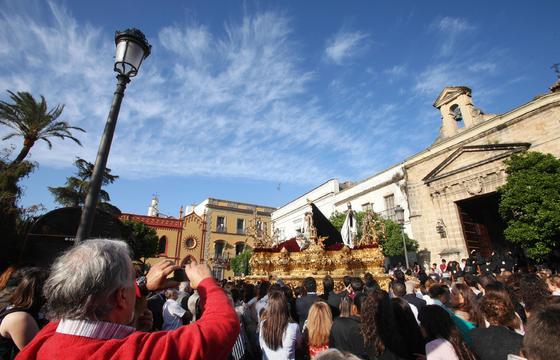 La plaza de Las Angustias, a rebosar en el momento de la salida del paso de misterio.  Foto: Vanesa Lobo