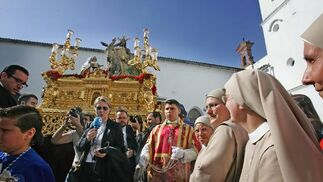 Unas religiosas ven en primerísima fila la salida de La Borriquita desde el patio de la Escuela de San José.  Foto: Pascual