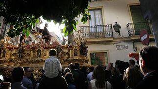 El paso de la Coronación de Espinas, encarando Antona de Dios en busca de la Carrera Oficial.  Foto: Miguel Ángel González